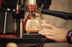 barista förbereder kaffe. foto