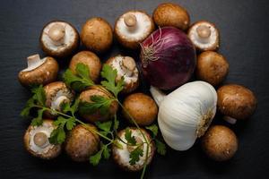 råa färska bruna champignonsvampar foto