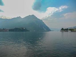 landskap av Lecco och dess sjö foto