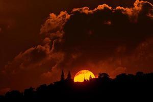 vacker solnedgång med moln över phra som doi suthep tempel foto