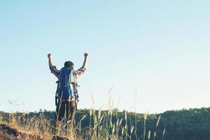 glad tid vandrare man turister med njuter på toppen av ett berg. foto