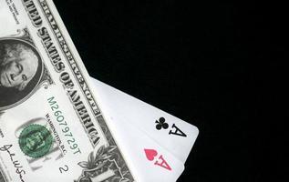 pengar och spelkort foto