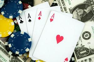 pengechips och spelkort foto