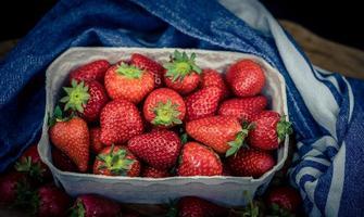 jordgubbsfrukter i en papperslåda foto