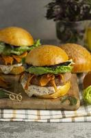 komposition med utsökt vegansk burger foto