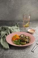 komposition med utsökt vegansk måltid foto