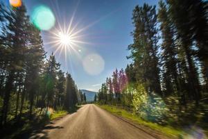 kör längs sjön mcdonald vägar i glaciär nationalpark montana foto