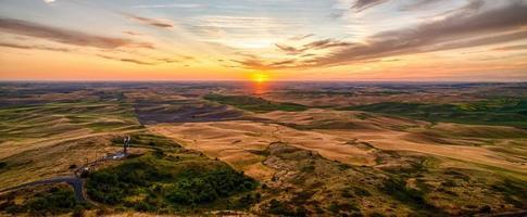 palouse fält och gårdar vid solnedgången landskap från steptoe butte foto