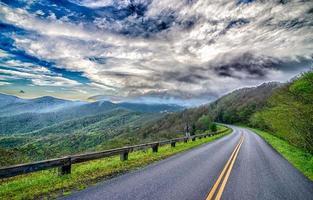 körning på Blue Ridge Parkway på våren foto