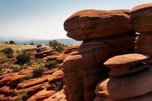 röda stenar på den sydafrikanska magaliesbergplatån foto