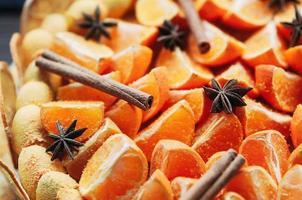 närbild färgglada vegan citrus efterrätt med kryddor foto