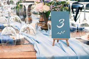vackert bröllops- eller evenemangsdekorationsbord, utomhus foto