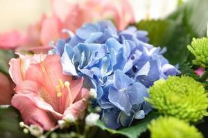 festlig bukett med diverse blommor foto