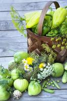 grönsaker i korgen. en flätad korg med tomater, paprika foto