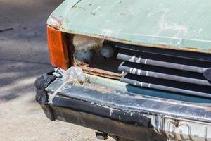 närbild skott av en skräpad bil kvar på en parkeringsplats foto