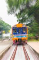 tåget går väldigt snabbt på vägen foto