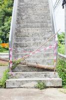 övergivna trappor med stock och plastlinjer. foto