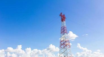 telekommunikationsmast med mikrovågslänk foto
