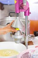 hand av kvinna som pressar citron foto