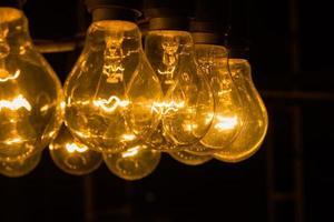 gamla vintage glödlampor på natten med copyspace till höger foto