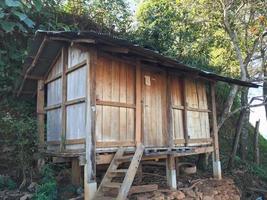 gammal trä ladugård av thailändska kulle stamfolk på berget foto
