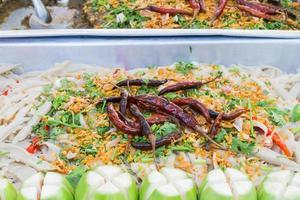kryddig bambussalong med sallad med stekt chili foto