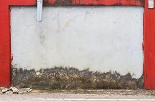 grunge gata vägg textur bakgrund med röd kant foto