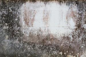 grungevägg med sprickor och vitt utrymme i mitten foto