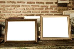gamla fotoramar på träbordet foto