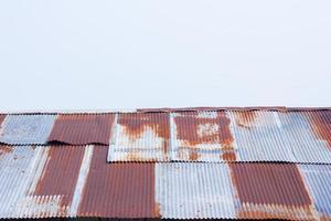 närbild en rostig korrugerad metallplåt foto