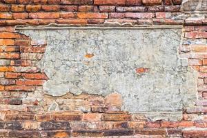 gammal tegelväggtextur med betong i mitten för en kopia foto