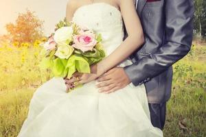 vacker bukett i olika färger i händerna på bruden. foto