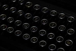 nycklar med bokstäver i forntida svart skrivmaskin foto
