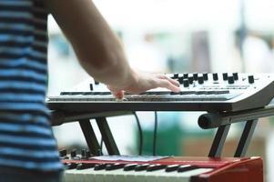 tangentbordsspelare från en popgrupp under en show foto
