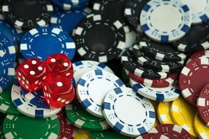 spelande röda tärningar och kasinomynt foto