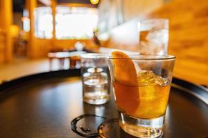närbild av en whiskycocktail foto