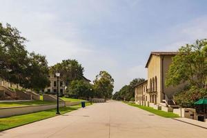 morgonsolig utsikt över en byggnad i Occidental College foto