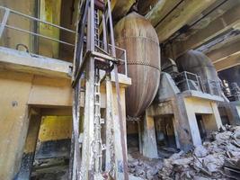 gamla förstörda metallstrukturer i en gammal övergiven fabrik i thailand foto