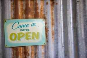 vintage öppen skylt på rustikt galvaniserat järn foto