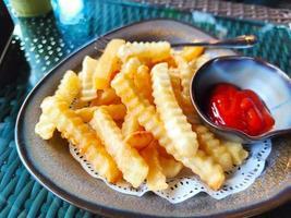gyllene pommes frites potatis på maträtt redo att äta foto