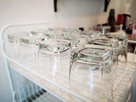 glas vatten på hyllan i kaféet. foto