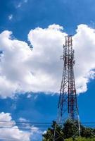 telekommunikationsutrustning på tornet och den blå himlen foto