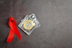 rött band och kondom världshälsodagskoncept foto