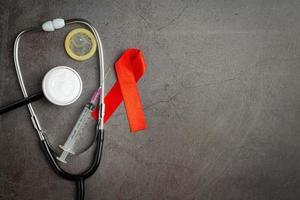 världens sexuella hälsa eller hjälpmedelsdag, kondomer, sprutor och stetoskop foto