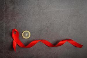 röda band och kondomer placeras på en tavla bakgrund foto