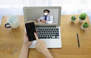 patient konsultera asiatisk läkare via videosamtal. telemedicinsk koncept foto