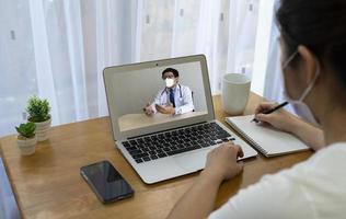 patient som fick feber och hosta konsultera asiatisk läkare via videosamtal foto