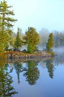 morgonreflektioner på en vildmarkssjö foto