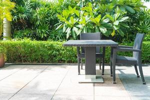 uteplats med stol och bord foto