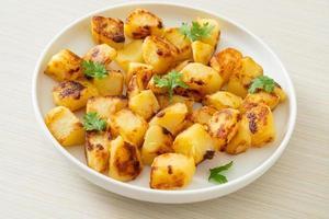 rostad eller grillad potatis på tallriken foto